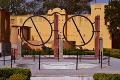 Ringförmiges Instrument (chakra yantra) am astronomischen Observatorium Jaipur, Rajasthan, Indien Stockbilder
