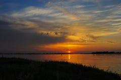 Ringformig partisk sol- förmörkelse på solnedgången royaltyfri bild