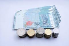 50 Ringgit-Malaysia-Geldbanknoten und malaysische M?nze lokalisiert auf wei?em Hintergrund stockfotografie
