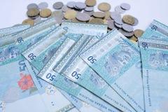 50 Ringgit-Malaysia-Geldbanknoten und malaysische M?nze lokalisiert auf wei?em Hintergrund lizenzfreie stockfotos