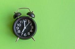 Ringklocka med `-klockan för nolla sju arkivbild
