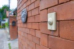 Ringklocka på tegelstenväggen av Royaltyfri Fotografi
