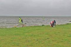 Ringkobing海湾的冲浪者在丹麦 库存图片