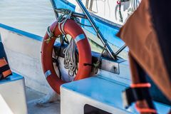 Ringlebenjunge auf großem Boot Obligatorische Schiffsausrüstung Persönliche Schwimmaufbereitung-Einheit Prevent Ertrinken Orange  stockfoto