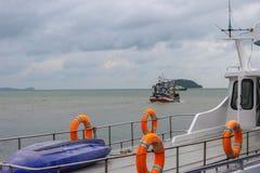 Ringlebenjunge auf großem Boot Obligatorische Schiffsausrüstung Persönliche Schwimmaufbereitung-Einheit Prevent Ertrinken Orange  lizenzfreie stockfotos