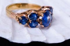 Ringn do ouro da safira no shell dos moluscos Fotos de Stock Royalty Free