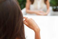 Ringowego palca panny młodej ręki bachelorette przyjęcia biżuteryjny zobowiązanie Obrazy Royalty Free