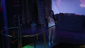 Ringraziamenti graziosi del pop star della ragazza pubblici alle luci del proiettore stock footage