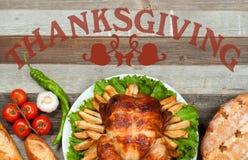 Ringraziamento o Natale Intero tacchino arrostito casalingo sulla tavola di legno Regolazione tradizionale della cena di celebraz immagini stock libere da diritti