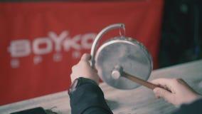 Ringside Ring Gong op het in dozen doen toont stock footage