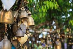 Ringsklokken in tempel Het klokgeluid is gunstig wat de welkome goddelijkheid en kwaad verjaagt De klokken symboliseren wijsheid  stock foto