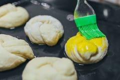 Ringsum Teigabschluß oben einfetten Runder Teig für einen fantastischen Kuchen, der durch grüne Bürste einfettet stockfotos