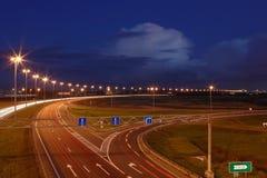 Ringway St Petersburg. Estrada do russo na noite, com marcações, roa Imagens de Stock Royalty Free