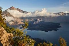 Rinjani火山在龙目岛,湖海岛上,山用白色云彩,蓝天,分支盖 库存图片