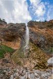 Rinka vattenfall i den härliga alpina dalen, Logarska dolina - Logar dal i Slovenien royaltyfri fotografi