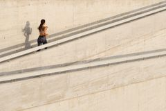 Rinnande övre för ung kvinna en ramp royaltyfri foto