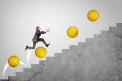 Rinnande övre trappa för affärsman med guld- mynt Arkivfoton