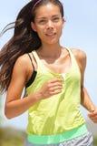 Rinnande asiatisk kvinnlig löpareaktivkvinna Arkivfoton