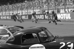 Rinnande chaufförer på den traditionella Le Mans starten Arkivbilder