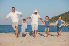 Rinnande fader Fun Beach för utvecklingsfarfarungar Arkivfoton