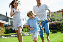 Rinnande familj Fotografering för Bildbyråer