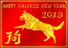 Rinnande guld- hund på röd bakgrund Arkivfoto