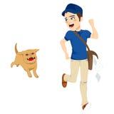 Rinnande hund för brevbärare Arkivbild