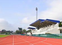 Rinnande huvudsaklig ställning för spår och för stadion Arkivfoton