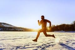 Rinnande idrottsman nen för morgonvinter Arkivfoto