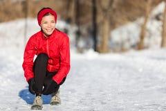 Rinnande kvinna för vinter som får klar till inkörd snö arkivbilder