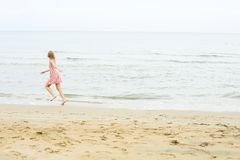 Rinnande kvinna på stranden fotografering för bildbyråer