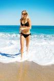 Rinnande kvinna på stranden Royaltyfria Bilder