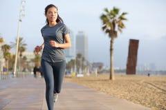 Rinnande kvinna som joggar den Barcelona stranden Barceloneta Arkivbilder