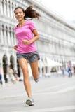 Rinnande löparekvinna som joggar i Venedig fotografering för bildbyråer