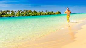 Rinnande man för idrottsman nen - manlig löpare på den tropiska stranden Royaltyfri Foto