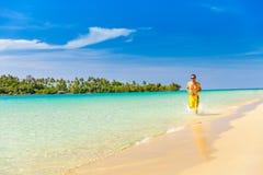 Rinnande man för idrottsman nen - manlig löpare på den tropiska stranden Royaltyfri Fotografi
