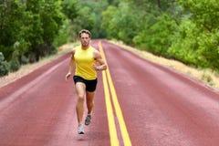 Rinnande manlöpare som sprintar för konditionhälsa Royaltyfri Bild