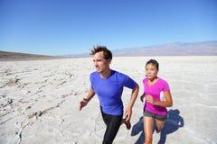 Rinnande maratonidrottsman nen för slinga utomhus i öken Arkivbild
