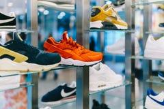 Rinnande och tillfälliga skor som är till salu i modeskolager Arkivbilder