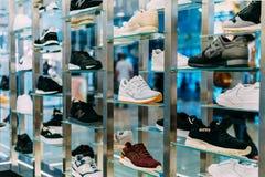 Rinnande och tillfälliga skor som är till salu i modeskolager Fotografering för Bildbyråer
