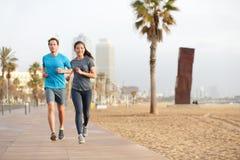 Rinnande par som joggar den Barcelona stranden Barceloneta Royaltyfria Foton