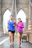 Rinnande par som joggar i New York City arkivfoto