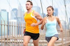 Rinnande par som joggar i New York City Arkivbilder