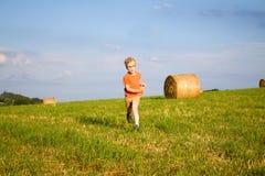 Rinnande pojke Arkivfoto