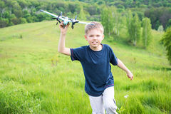 Rinnande pojke med plant utomhus härlig gjord naturvektor för bakgrund arkivbilder