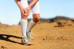 Rinnande skada - den manliga löparen med knäet smärtar royaltyfria foton