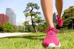 Rinnande skor - kvinnan som joggar i Tokyo, parkerar, Japan Arkivbilder