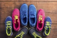 Rinnande skor på golvet fotografering för bildbyråer