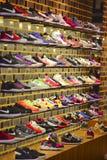 Rinnande skor på skärm i ett lager royaltyfria foton