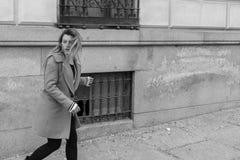 Rinnande skrämd kvinna bort Royaltyfri Fotografi